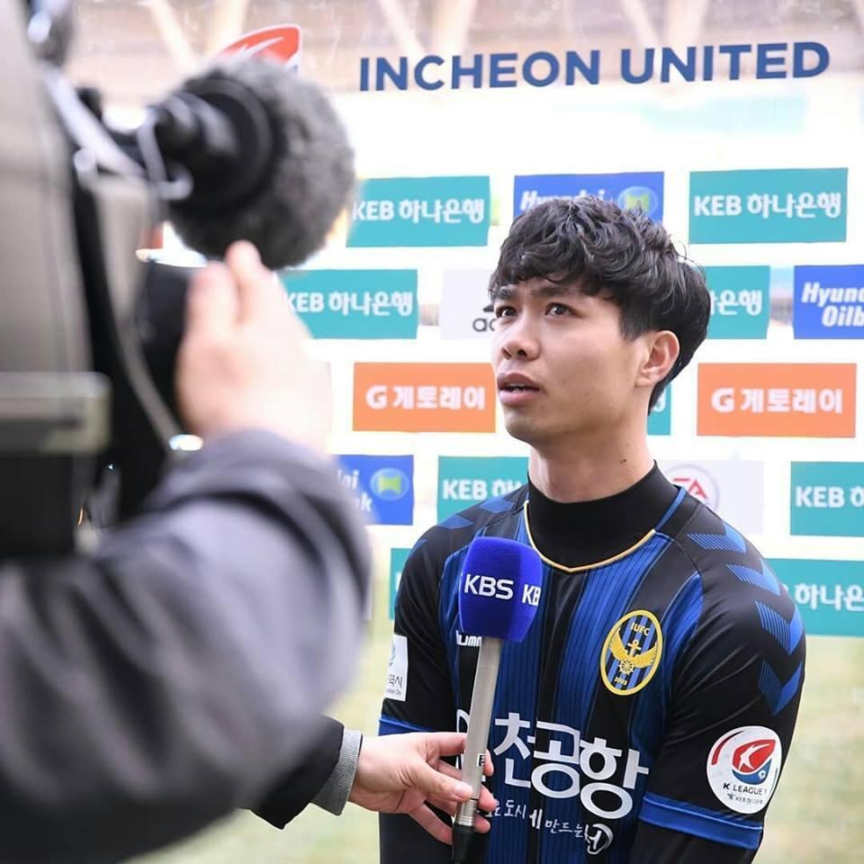 Công Phượng gây sốt khi... hôn cậu 'bạn thân' ở Incheon United