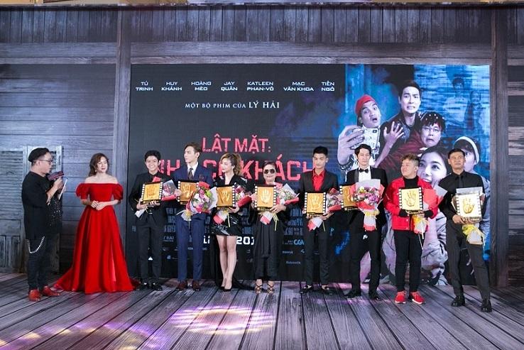 Lý Hải dẫn vợ và bốn con đến ra mắt phim 17 tỷ của mình