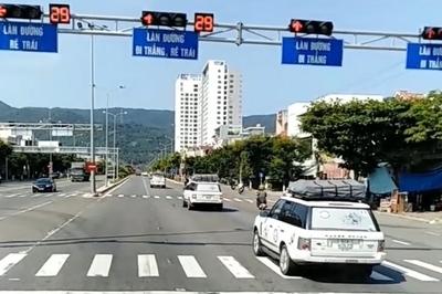 Vượt đèn đỏ, xe đầu kéo khiến 4 ôtô khác 'gặp nạn'