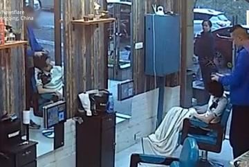 Chê kiểu tóc mới, khách hàng cạo đầu thợ cắt cho bõ ghét