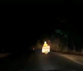 Nam tài xế soi đèn giúp xe máy bị hỏng đèn pha