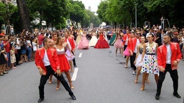 street carnival in vietnam, street performance in vietnam
