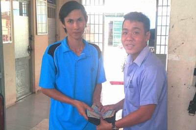 Thầy giáo trẻ trả lại ví tiền nhặt được cho kỹ sư nông nghiệp
