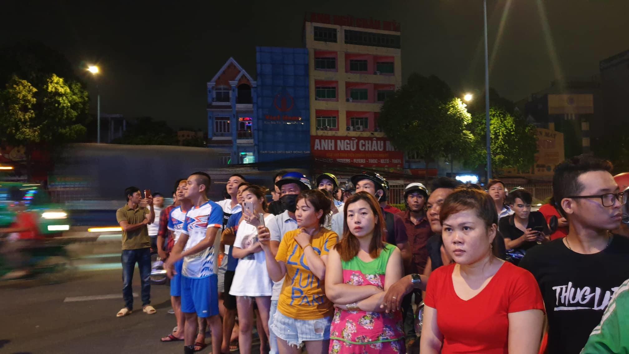 Cảnh sát xuyên đêm khám xét quán karaoke của Phúc XO