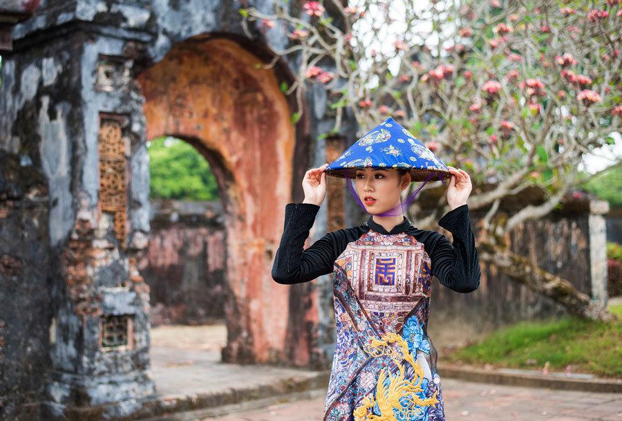 Mỹ thuật triều Nguyễn được vẽ đầy tinh tế trên áo dài