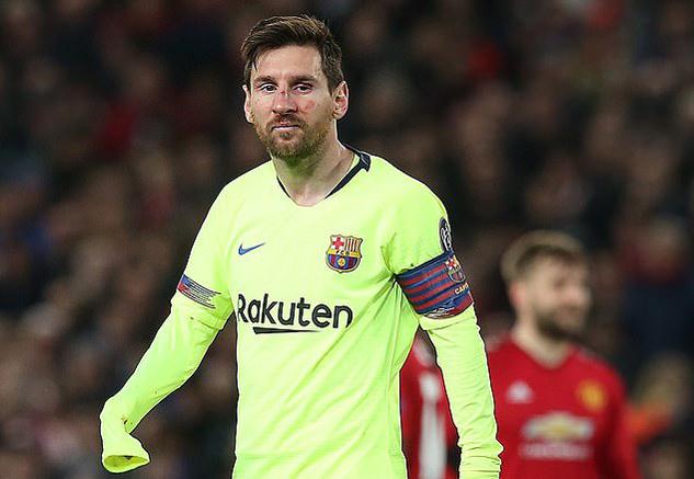 Messi suýt vỡ mũi sau đòn đánh hiểm của Smalling
