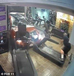 Đang tập thể dục trong nhà, ô tô húc sập tường đâm trúng