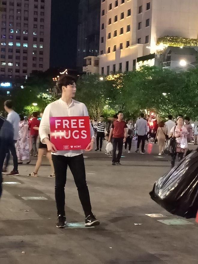 Trai đẹp giơ bảng 'Free Hugs' ở phố đi bộ: 'Cả tối không ai ôm anh ấy'
