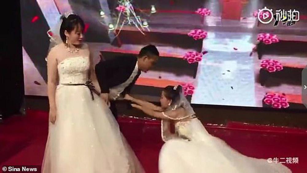Bạn gái cũ mặc váy cô dâu cầu xin chú rể quay lại tại lễ cưới