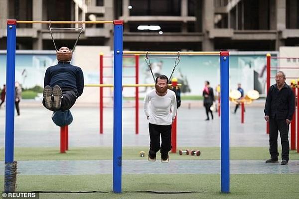 Muốn chữa bệnh xương cốt, tập theo cách này ở công viên