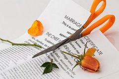 Tố chồng già 'rẻ tiền', vợ trẻ đòi ly hôn ngay trong tuần trăng mật