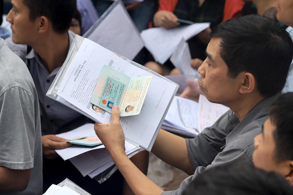 Nghìn người vật vờ chờ xuyên đêm xin visa đi Hàn Quốc