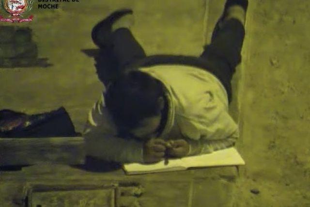 Tấm ảnh cậu bé nhà nghèo bò dưới đèn đường học bài lay động người xem