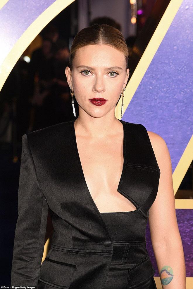 Scarlett Johansson che chắn vòng một khi diện mốt hở ngực