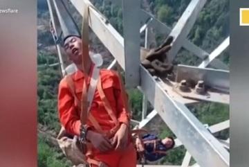 Thợ điện ngủ cheo leo trên tháp cao 50m