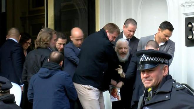 Người sáng lập WikiLeaks vừa bị bắt giữ