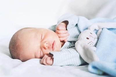 Em bé được sinh ra từ 2 mẹ và 1 cha nhờ cách đặc biệt