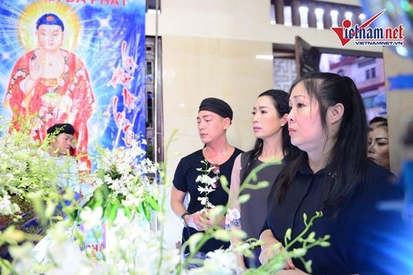 Hồng Vân, Trịnh Kim Chi bần thần, dân vây kín lễ động quan nghệ sĩ Anh Vũ