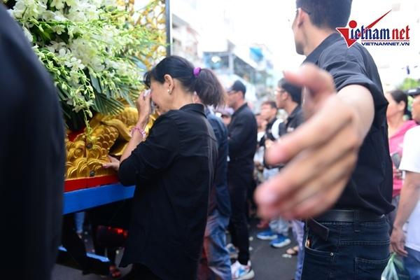 Cha Anh Vũ bật khóc xót xa giây phút hạ huyệt cho con ở nghĩa trang