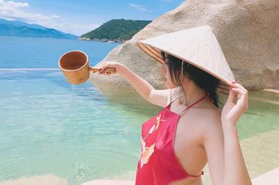 Cô gái Sài Gòn táo bạo mặc áo yếm đi du lịch gây tranh cãi