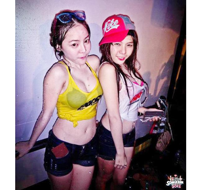 Dàn gái đẹp quyến rũ đi hội té nước Thái Lan