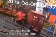 Xem xe tải chồm lên vỉa hè, người phụ nữ thoát chết trong gang tấc