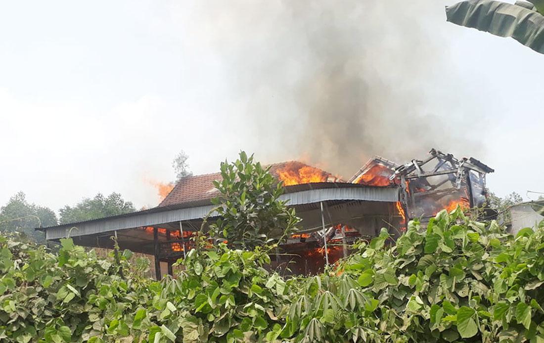 Cháy ngùn ngụt nhà gỗ 5 gian ở Nghệ An thiêu chết chủ nhà