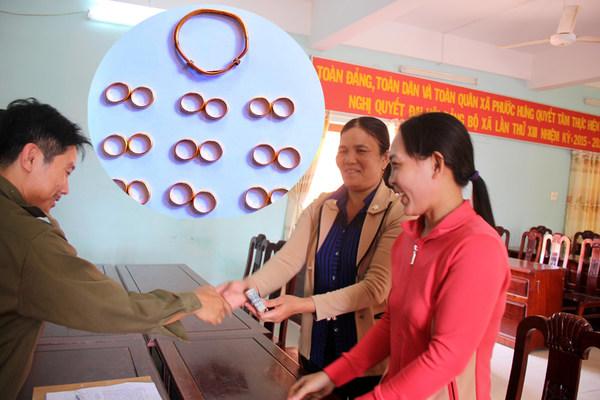 2 người phụ nữ rưng rưng được chia vàng nhặt trong bao lúa