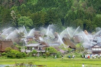 Lý do ngôi làng được tưới tắm một năm hai lần
