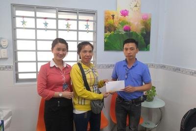 Trao gần 18 triệu đồng cho em Lê Văn Vũ bị tai nạn