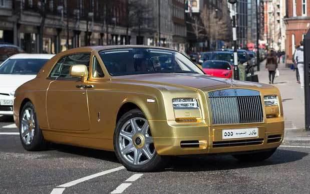 Những siêu xe dát vàng sáng chói trên đường phố