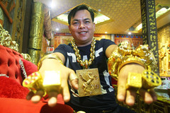 Ngáo ảo Phúc XO: Đeo vàng giả, xe máy biển số lụi, ô tô vàng đi thuê