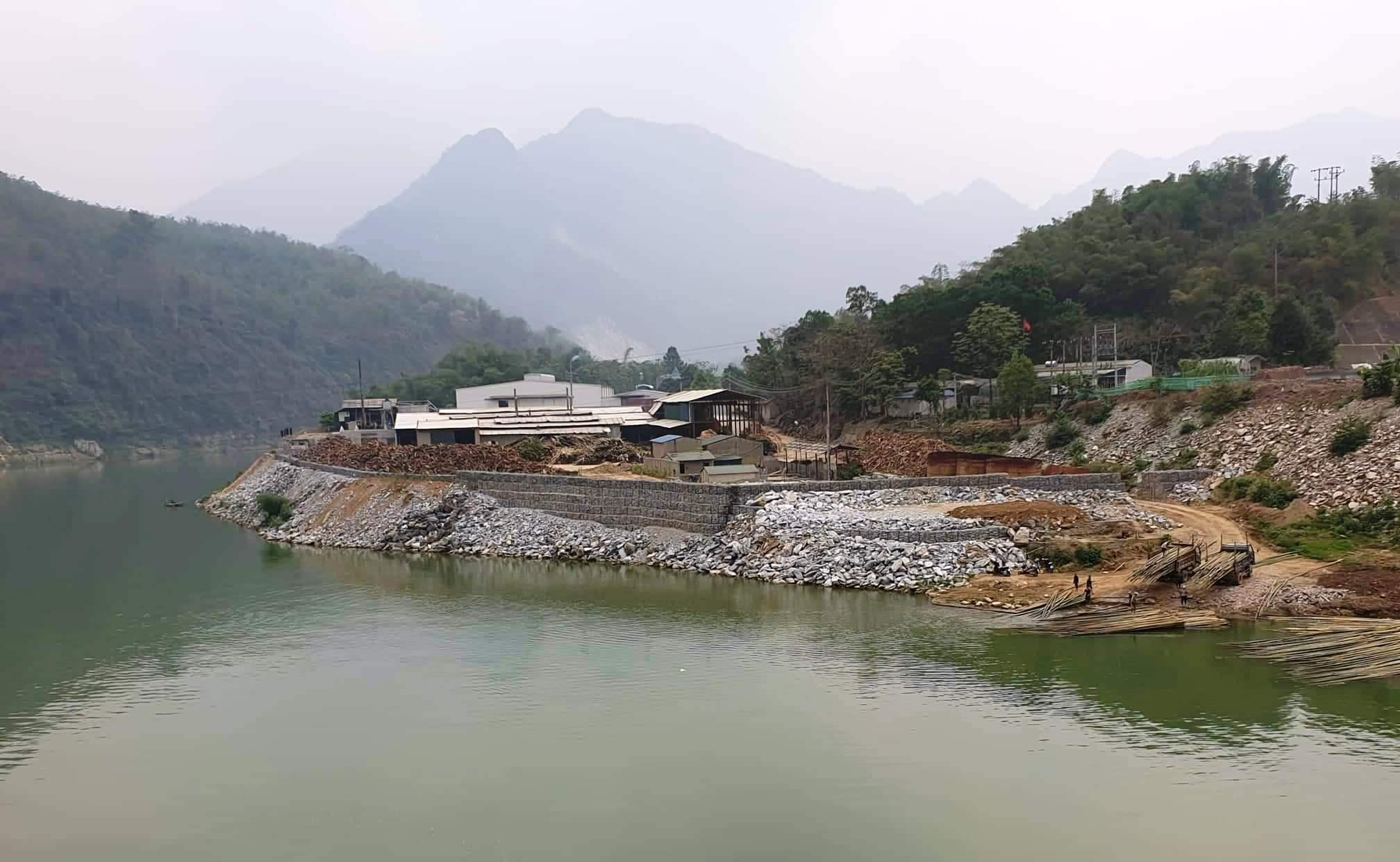 Thanh Hóa: Lấp hàng nghìn khối đá chặn dòng sông Mã để làm nhà xưởng