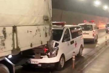Xe cứu thương 'dính chặt' đuôi xe tải kẹt cứng trong hầm Hải Vân