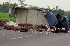 Mẹ ôm thi thể con trai khóc ngất sau tai nạn 2 xe tải đấu đầu