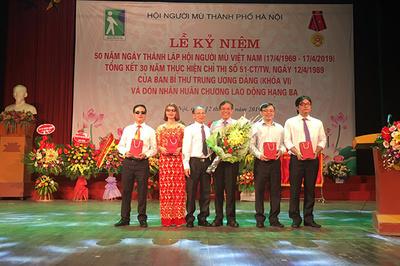 AIC Group tặng hàng ngàn điện thoại cho người khiếm thị