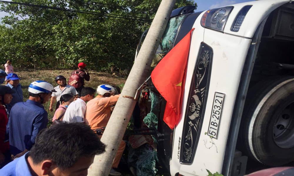 Xe khách lật trên quốc lộ, dân phá cửa kính cứu hàng chục người