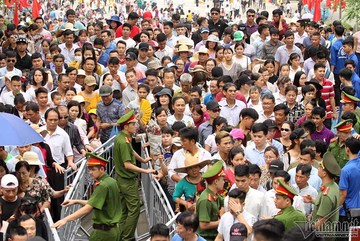 Gần 2 triệu lượt người đổ về, đền Hùng quá tải