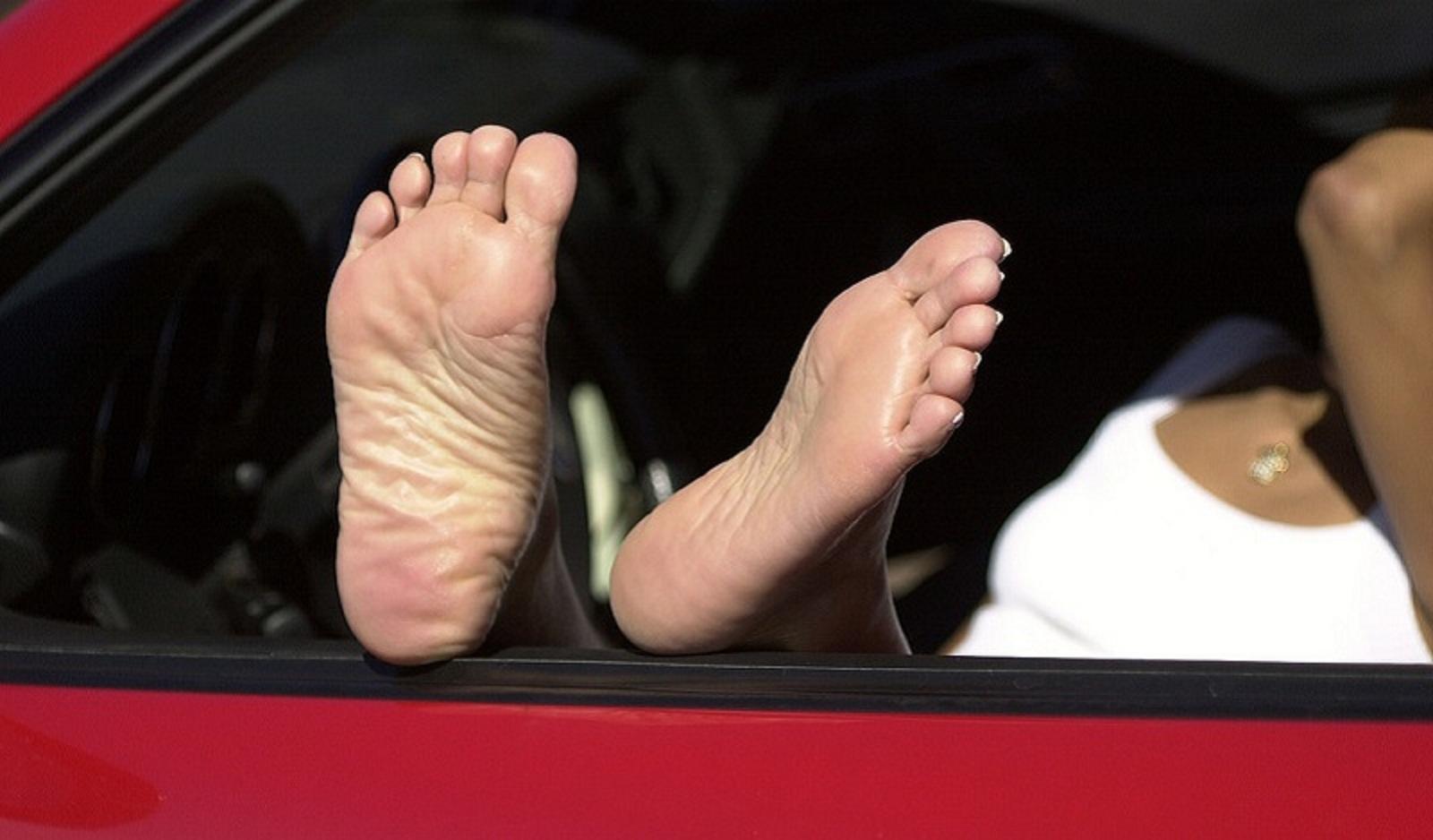 Những loại giầy dép cực nguy hiểm dùng khi lái xe