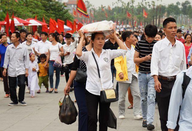 Vietnamese people flock to Hung Kings Festival