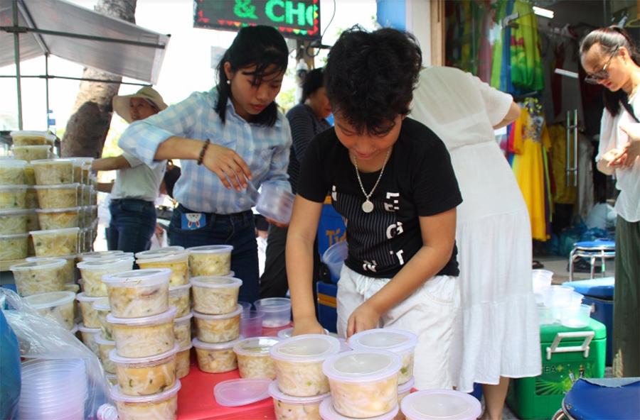 Xúc động 600 người nghèo Đà Nẵng xếp hàng nhận suất ăn miễn phí