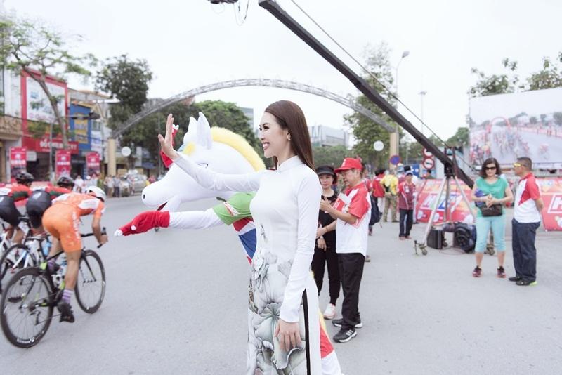 Sở hữu vòng eo 53 cm, Tường Linh chỉ diện áo dài đã đủ thu hút