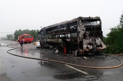 Quảng Bình: Xe giường nằm chở 30 khách bất ngờ bốc cháy trơ khung