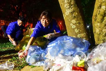 Nhóm bạn trẻ xuyên đêm nhặt rác ở Đền Hùng