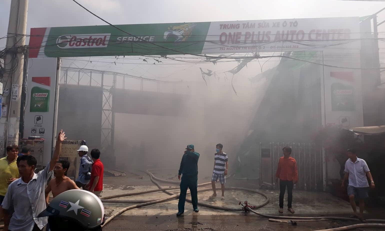 Hiện trường tan hoang bên trong gara 10 ô tô bị thiêu rụi ở Sài Gòn