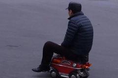 Người đàn ông Trung Quốc chế tạo ô tô nhỏ gọn