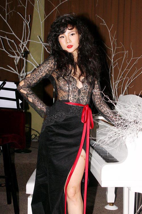 Sao Việt người mặc bra, người xuyên thấu lộ liễu trên thảm đỏ