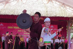 Nam nữ dân tộc Mường biểu diễn thời trang nhân ngày giỗ Tổ Hùng Vương