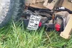 Xe tải chở máy xúc tuột dốc đè chết 2 học sinh Thanh Hóa