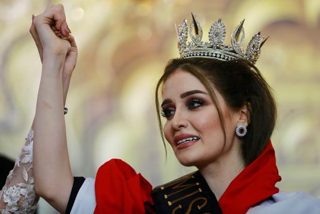 Loạt hoa hậu bị tước vương miện vì lén kết hôn, có con